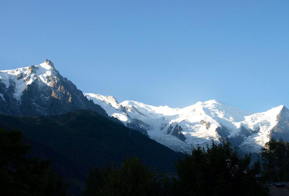 CH150531-LÂiguilles-de-Midi,-la-Mer-del-Glace,-il-Monte-Bianco-e-la-lingua-di-ghiaccio-da-les-Bossons-che-arriva-fino-a-mezza-montagna.jpg
