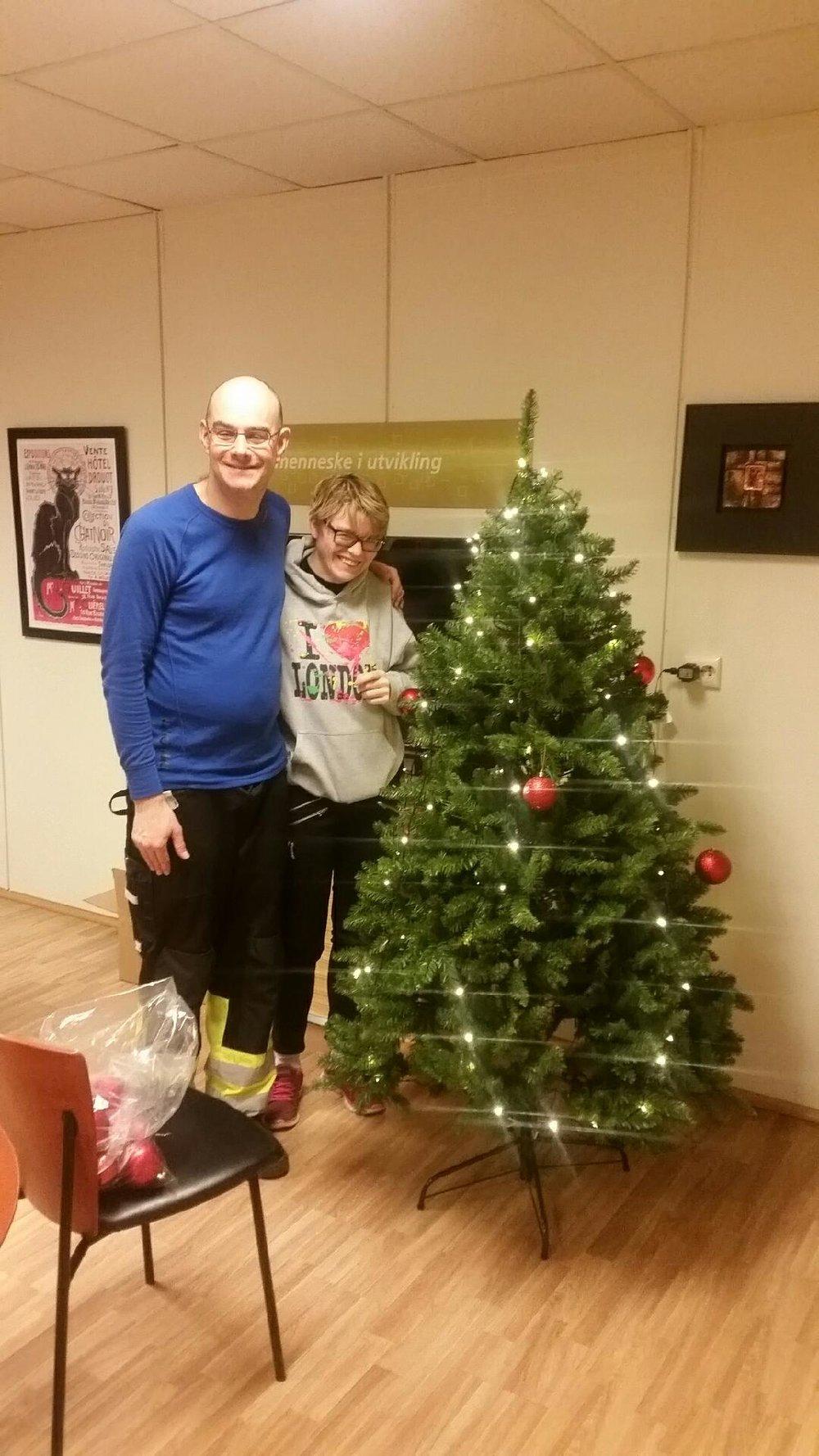 16)Bilde Batur og Ingelin pynte juletre.jpeg