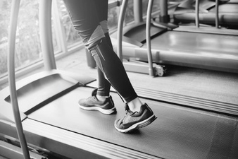close-up-of-woman-legs-on-running-sportwear-jogging-on-treadmill-in-the-gym-with-morning-sunlight-sport-and-health-concept_1356-324.jpg