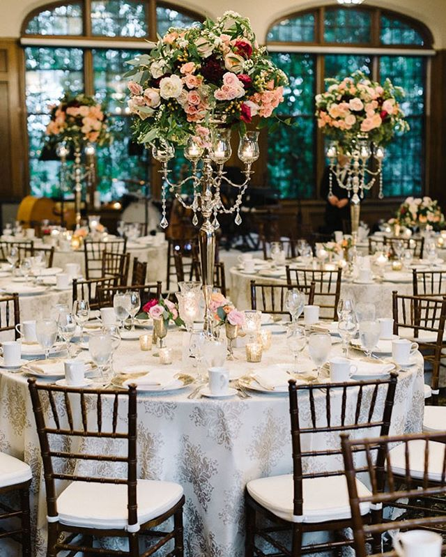 This is what happens when @marthasgardens does your flowers & @fairlightmn is your photographer — absolutely stunning! . . . 📸: @fairlightmn 🌷: @marthasgardens