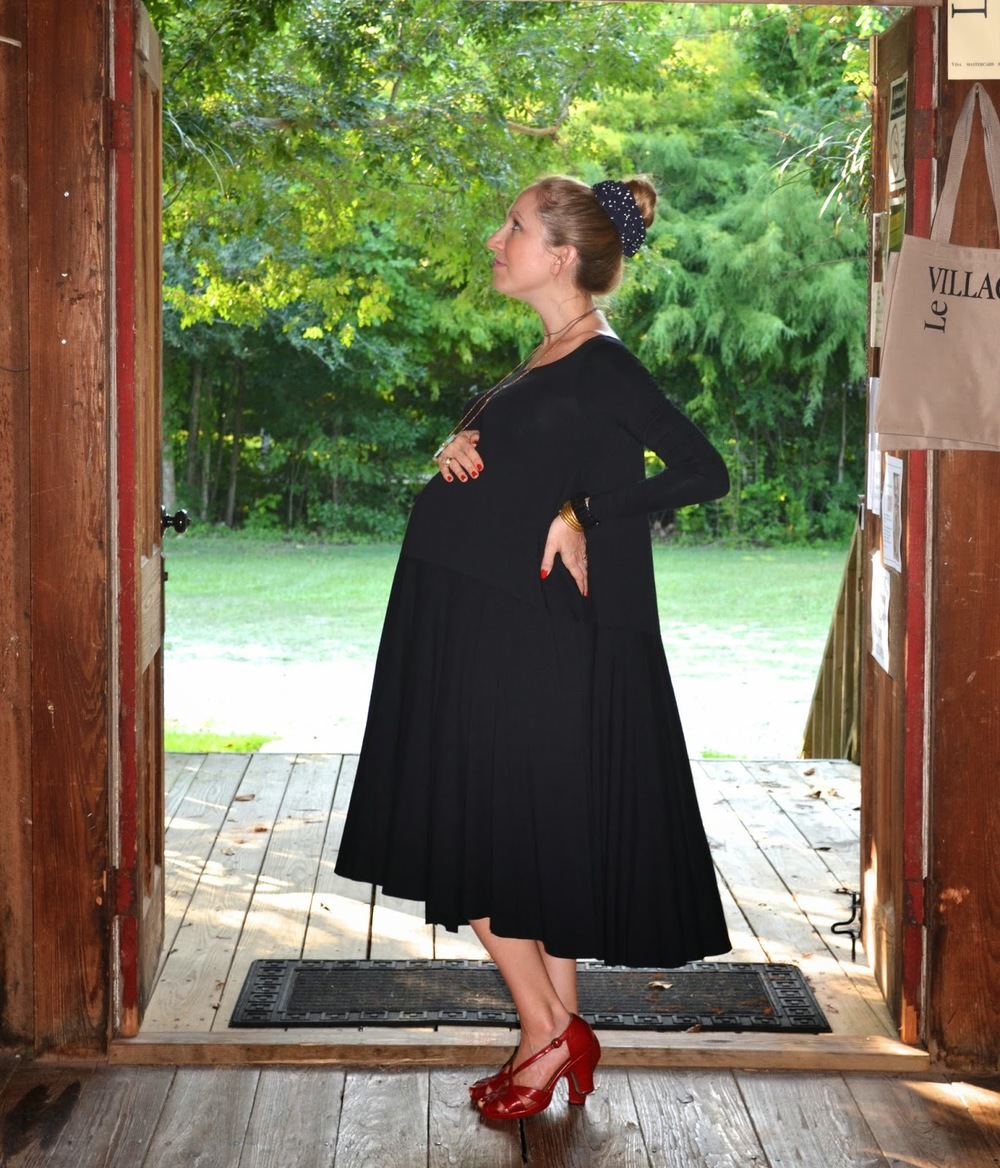 sopo_nadi tarr_ swing dress_ maternity style_fashion blogger_black dress_red heels_claw necklace