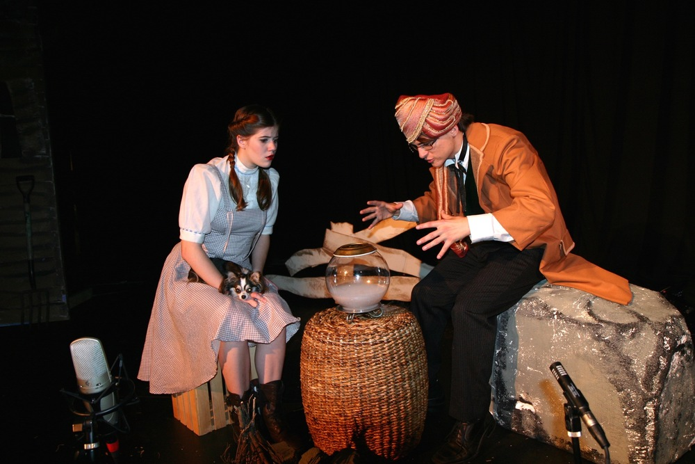 Dorothy (Charlotte Myhre) and Professor Marvel (Michael Tant)