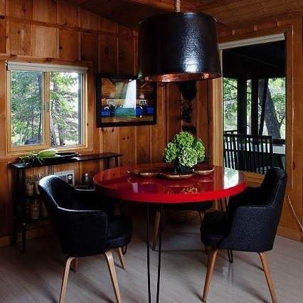 Weekend Dining! Hudson Valley!! Country Modern in Wood, Red Lacquer and Black Raffia... modern mix #weekendstyle#hudsonvalley#moderncabin#moderncountry#modernmix#redblack#raffia#happydecor#nycdesigner#countrylife#vintagestyle#homestaging#coloriseverything#black#decores#decoración#deco