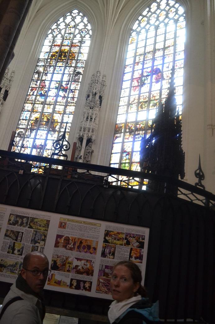 Prie Briuselio Katedros langų vitražų puikiai dera ir komiksai apie šventus dalykus (žmonės nuotraukoje - ne mes).