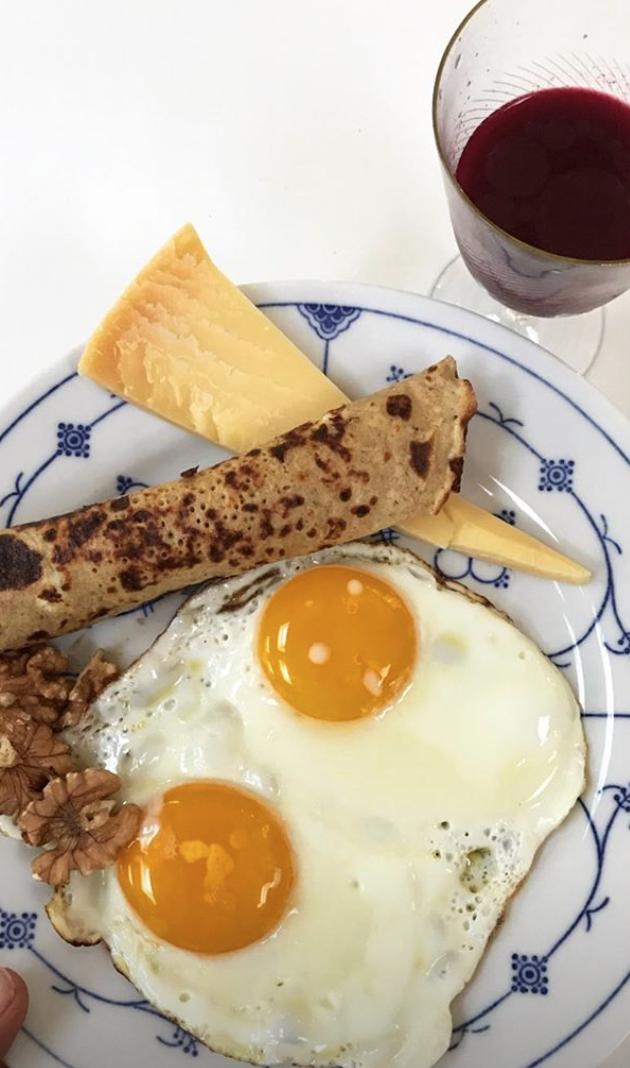 Ferie eller weekend morgenmad.  Rødbede/ingefærjuice med møllers tran 2 spejlæg 4-6 valnødder en skive vesterhavsost en sund pandekage