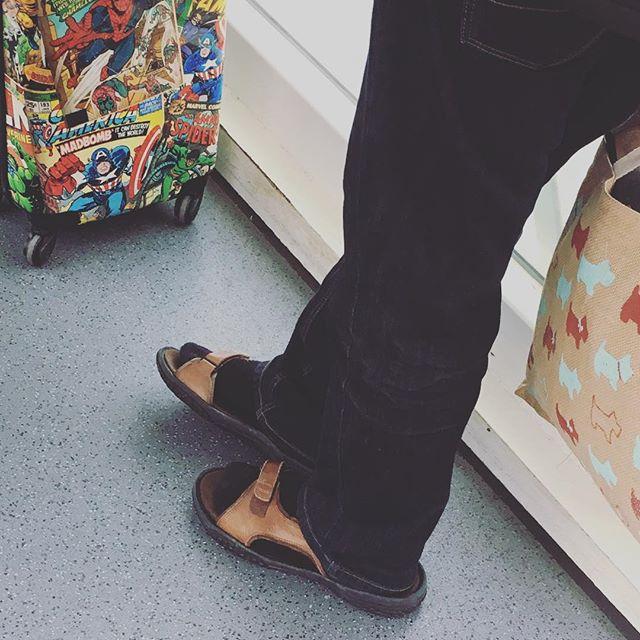 Brits on tour #glasgow #britishairways #britsontour #sandals #mansandals #jesussandals #socks #socksandsandals #dadsontour #givingzerofucks #loloclock 😉🇬🇧👞