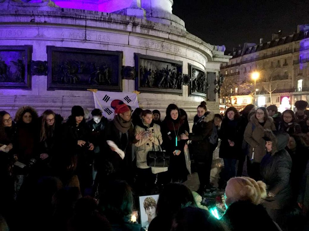 lavita-kim-jun-hyun-hommage-place-republique-paris-29-decembre-2017-B.JPG