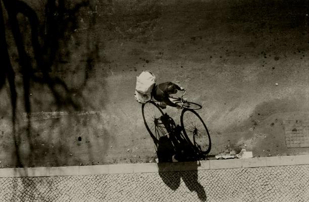 Luís Barreira  Padeiro, 1981  Lisboa  fotografia   Gelatin-Silver Print    série:   street photography      arquivo:F_001_403, 1981