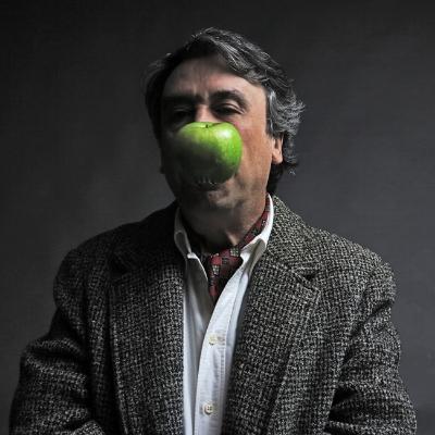 Luís Barreira auto-retrato c/maçã, 18 de fevereiro de 2016 fotografia