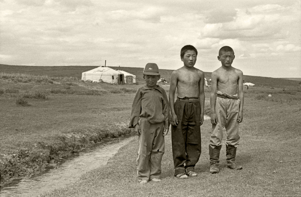 Luís Barreira 3 jovens mongóis, Mongólia, 1996 Fotografia Gelatin-Silver Print