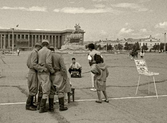 Luís Barreira  Militares observam a fotografia, Ulan Bator, 1996  Fotografia  Gelatin-Silver Print