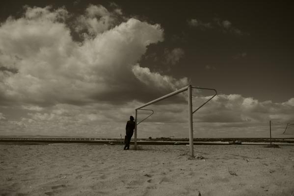 Luís Barreira  Baliza, Praia do Samouco, 2016  Fotografia  série: street photography  arquivo:05_13076, 2016
