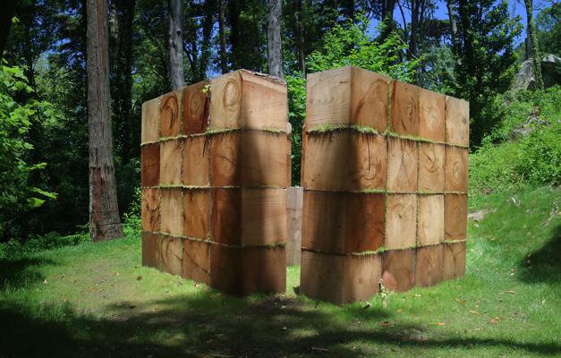 """Bosco Sodi,  Sem título , 2016   """" Trabalhei a estrutura com cubos de madeira, pois o uso destes materiais permite que as variações de textura e cor proporcionem o espaço. Assim, a imaginação participa.""""  Exposição  Point of View  no Palácio da Pena, sintra"""