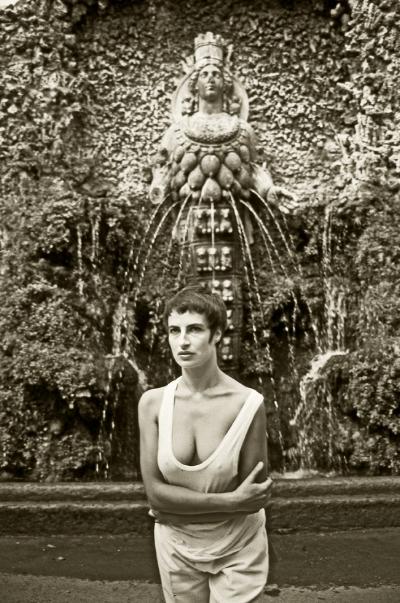 Luís Barreira   artemis of ephesus   Fátima Vaz, 1990  Villa D'Este - Tivoli  Fotografia/Diapositivo  Série: ROMA'90  arquivo:SLIDE_2049, 1990