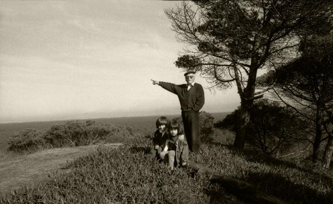 Luís Barreira  Luís Barreira (avô) e netas ( Mariana e Rita) 1995  Arriba Fóssil - Almada  Fotografia  Gelatin Silver print