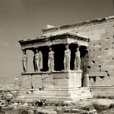 "Luís Barreira   Cariátides, emplo do Erecteion, Atenas, 1984  fotografia  diapositivo digitalizado  Coordenadas: 37°58'19.0""N 23°43'35.5""E"