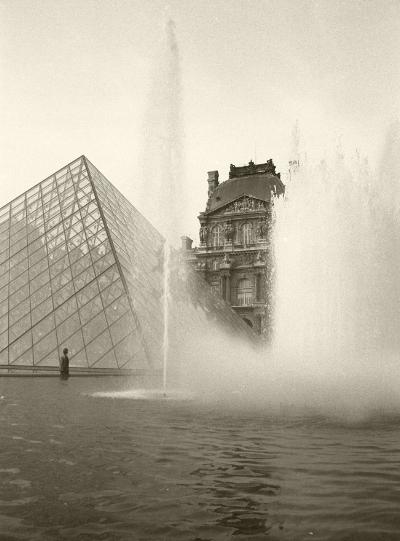 Luís Barreira Piramide, Louvre Paris, 1989 Fotografia Gelatin Silver print arquivo:F_060_5850, 1989