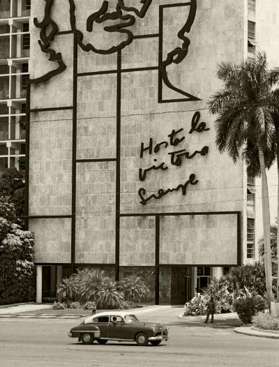 """Luís Barreira  """" Hasta la victoria siempre """", Havana, 1997  fotografia  Gelatin Silver print  série: Cuba 97  Exposição em Galeria Imargem - Almada, 1999  Publicação em Livro (Depósito Legal 144 759/99)  arquivo: F_310_7231, 1997"""