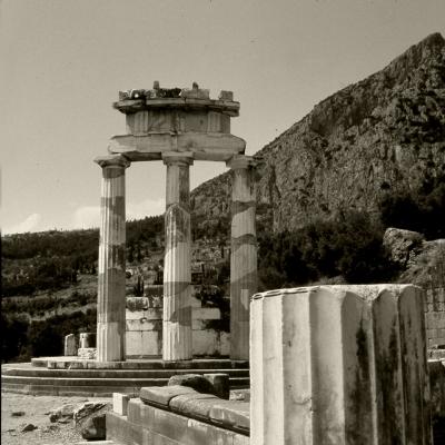 Luís Barreira  Templo de Apolo, Delfos, 1984  Fotografia  Diapositivo digitalizado  arquivo:SLIDE_Grecia_1471, 1984