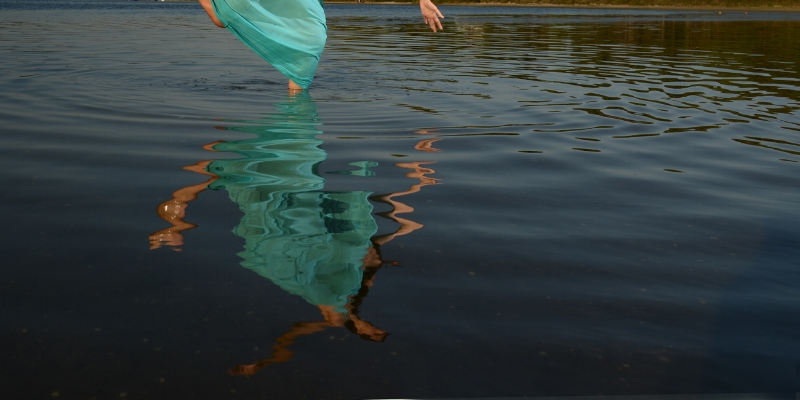 Luís Barreira  Dancing in the water, 2015  performed by Mariana Cavique  fotografia  série:  arquivo: 09_0677, 2015