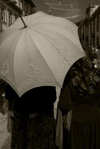 Luís Barreira  guarda-sol, 2012  Nossa Senhora da Agonia, Viana do Castelo  Fotografia  série:  arquivo:08_0230, 2012