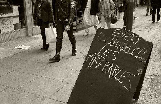 "Luís Barreira ""Les Miserables"", 1988 London Fotografia Gelatin Silver print série: street photography arquivo:F_038_5049, 1988"