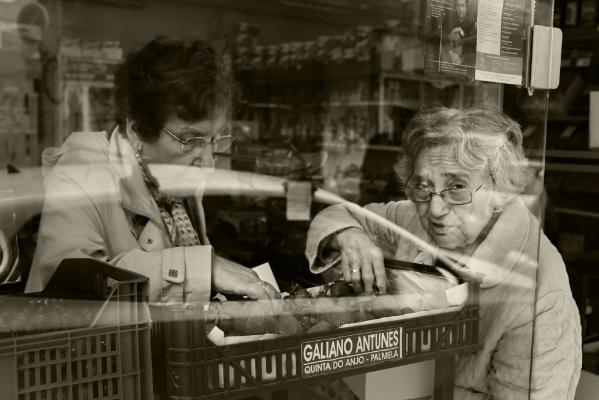 Luís Barreira  Frutaria  Almada, 2017  Fotografia  série:   street photography    arquivo:2017_05_12_DSCF2145