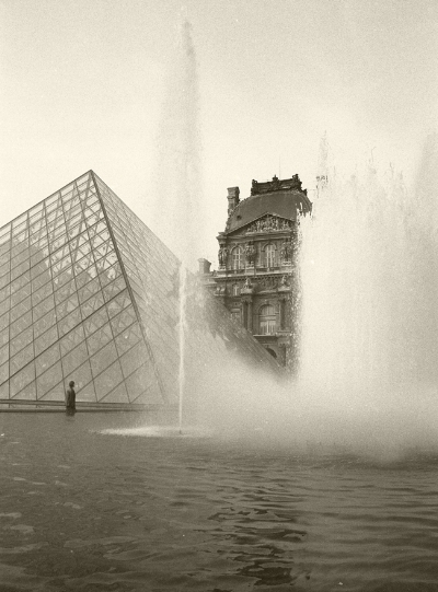 Luís Barreira  Louvre, 1989  Paris  Fotografia  Gelatin Silver print  série: street photography  arquivo:F_060_5850, 1989