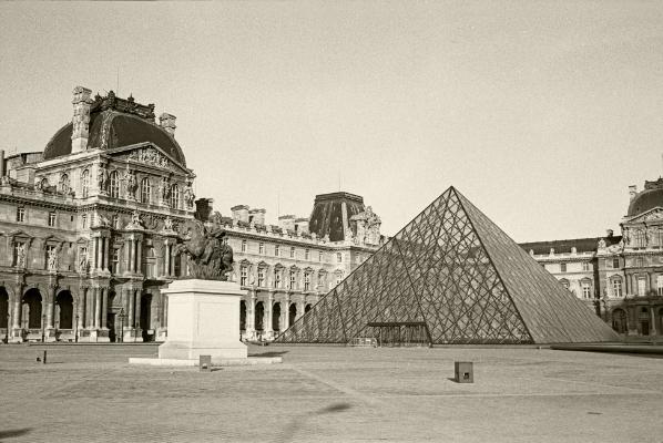 Luís Barreira Piramide, 1989 Louvre - Paris Fotografia Gelatin Silver print série: street photography arquivo:F_061_5908, 1989
