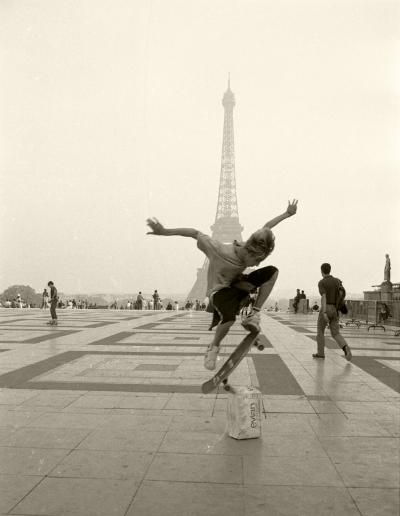 Luís Barreira    La Tour Eiffel  , 1989  Paris  Fotografia  Gelatin Silver print  série:   street photography    arquivo: F_069_6201, 1989