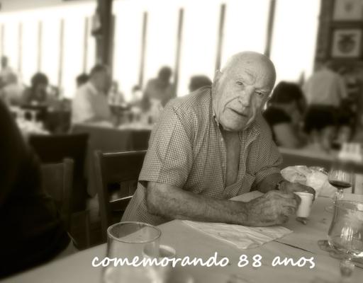 Luís Barreira  by  Luís Barreira (filho)  comemorando 88 anos  Costa da Caparica (O Barbas), 27 de Junho de 2017  Fotografia  IPhone 5  arquivo:06_27_IMG_3240, 2017