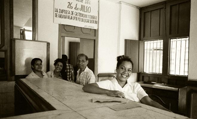 """Luís Barreira  """"La Empresa""""  Havana, 1997  Fotografia  Gelatin Silver print  Série: CUBA'97  Exposição na Galeria Imargem - Almada, 1999  Publicação em Livro (Depósito Legal 144 759/99)  arquivo: F_315_7391, 1997"""