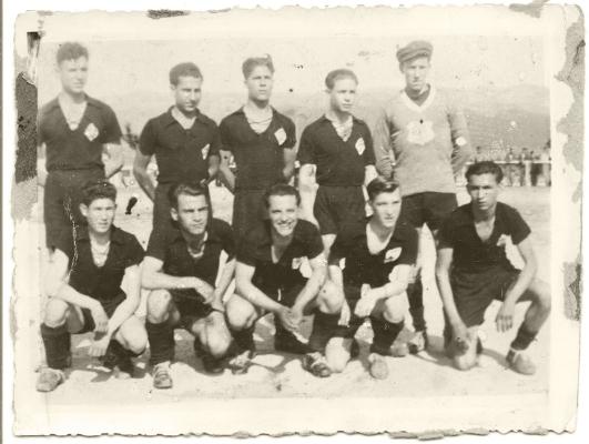 """Associação Académica de Chaves, 1950  """"Detentora da Taça do Torneio Popular""""  12/06/1950  *Luís Barreira - Pai (o segundo em baixo da esquerda para a direita)."""