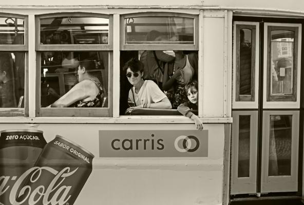 Luís Barreira  Eléctrico 28, 2017  série:  street photography   Fotografia  arquivo:11_12_DSCF3416, 2017