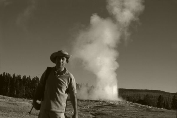 "me by my cousin, 2002   ""Old Faithful""  Geyser Old Faithful no Parque Nacional de Yellowstone   Wyoming, USA.  Fotografia  arquivo: Slide_20964, 2002"