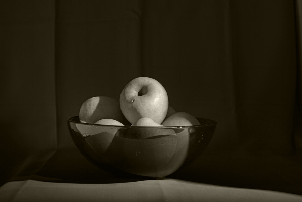 Luís Barreira  an apple a day... 2017  série:  Still Life   Fotografia  arquivo:12_18_NK1_8580, 2017