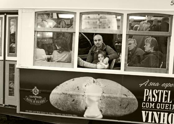 Luís Barreira  Eléctrico  Lisboa, 2017  Série: S treet Photography   Fotografia  arquivo:11_26_DSCF3617, 2017