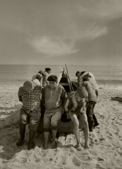 Luís Barreira  Pescadores, 1988  série:   street photography    Fotografia  Gelatin Silver print  arquivo:1988_FOLIO_041_490