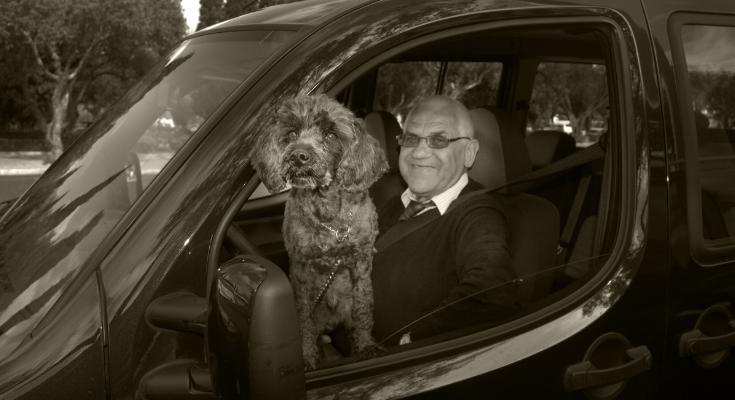 Luís Barreira   retrato domingueiro com cão à janela   Lisboa, 2010  série:  Street Photography   Fotografia  arquivo: 2010_04_03_NIK_0047