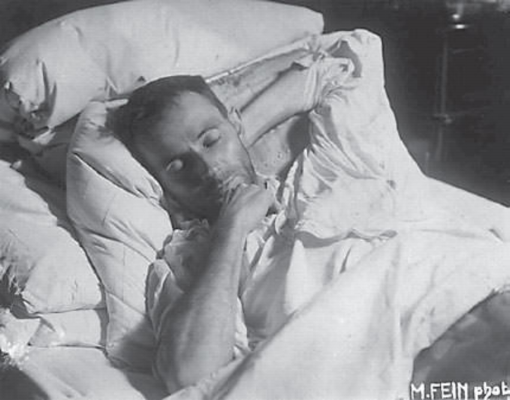 Egon Schiele  Faz hoje 100 anos que morreu Egon Schiele, vítima de gripe espanhola.  No leito, em pose encenada para a câmara de Martha Fein, Schiele encontra o descanso eterno, aos 28 anos, no dia 31 de outubro de 1918.