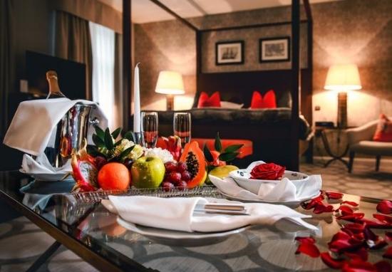 - RomanceLivraison de fleurs, champagne, collation - Pique nique, spa en extérieur - Tour en calèche - Gardienne certifiée ...