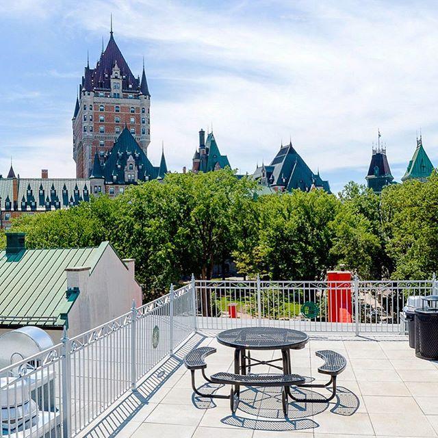 Notre terrasse est prête pour l'été! Our terrace is ready for summer! . . . #terrasse #terrace #readyforsummer #pretpourlete #lesloftsdutresor #laplusbelleterrasseenville #leslofts #lesloftsqc#vieuxquebec #oldquebec