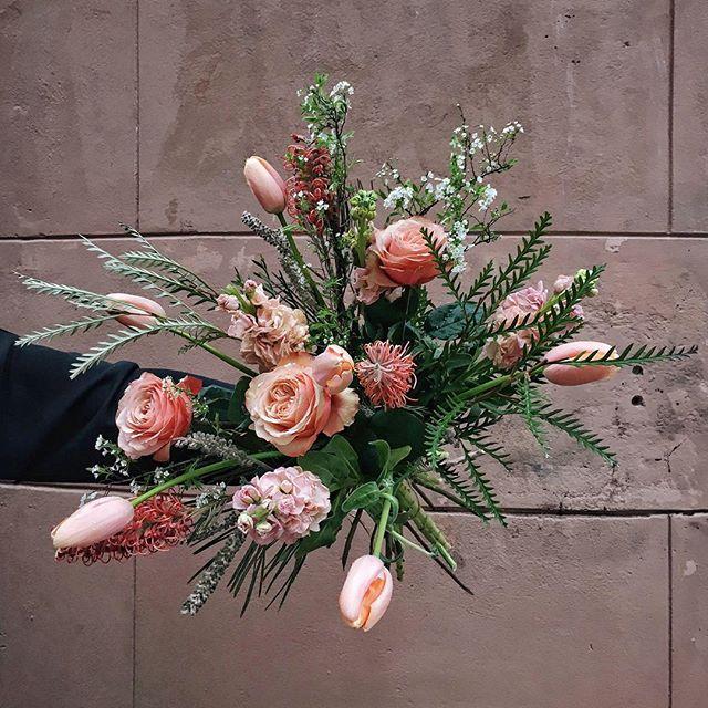 🍑peachy pink🌸 . . #vildrosorochtistlar #kahalarose #kahala #fairtraderoses #protea #grevillea #franskatulpaner #spirea #lövkoja #instaflower #mariatorget #florist #floristsofinstagram #floriststockholm #bukett #dagensbukett