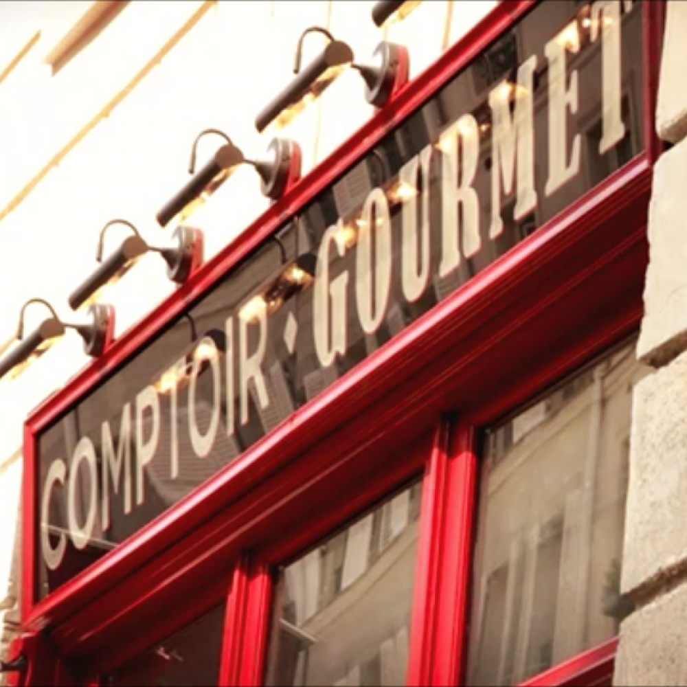 Un lieu de passion - Le Comptoir Gourmet c'est avant tout l'histoire d'une passion : passion pour les choses délicieuses et vraies, loin du clinquant et des modes, et qui s'exprime par la conviction que les bons produits 'chantent' d'eux-mêmes en bouche.