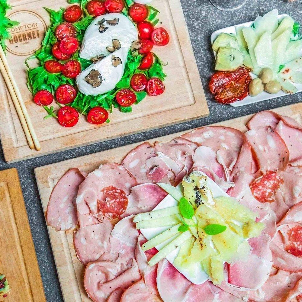 Les Planches - Notre sélection de charcuteries affinées, fromages et petites légumes pour se régaler seul ou accompagné..Découvrir les planches >