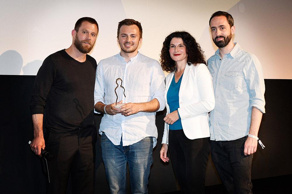 Siegerfoto: Regisseur David Helmut und Hauptdarsteller Patrick Finger (rechts) mit den Jury-Mitgliedern Ken Duken (links) und Opel-Marketingchefin Tina Müller.