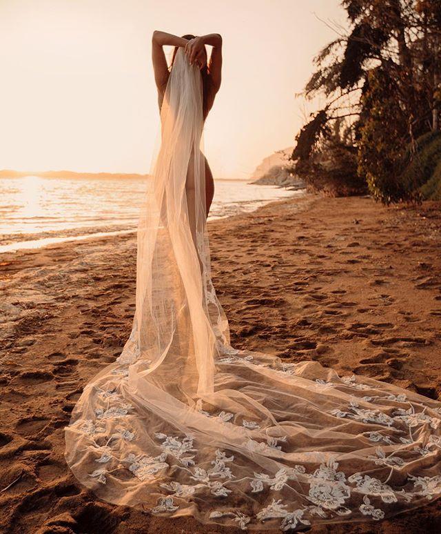 s w e e t s u n s e t s . . . 🌞 #bridalboudoir veil @untamedpetals