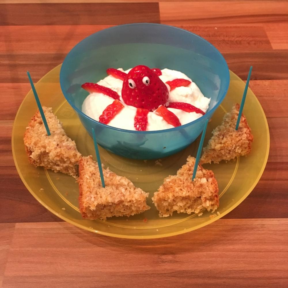 Jahodová chobotnice s bílým jogurtem a celozrnnou bábovkou