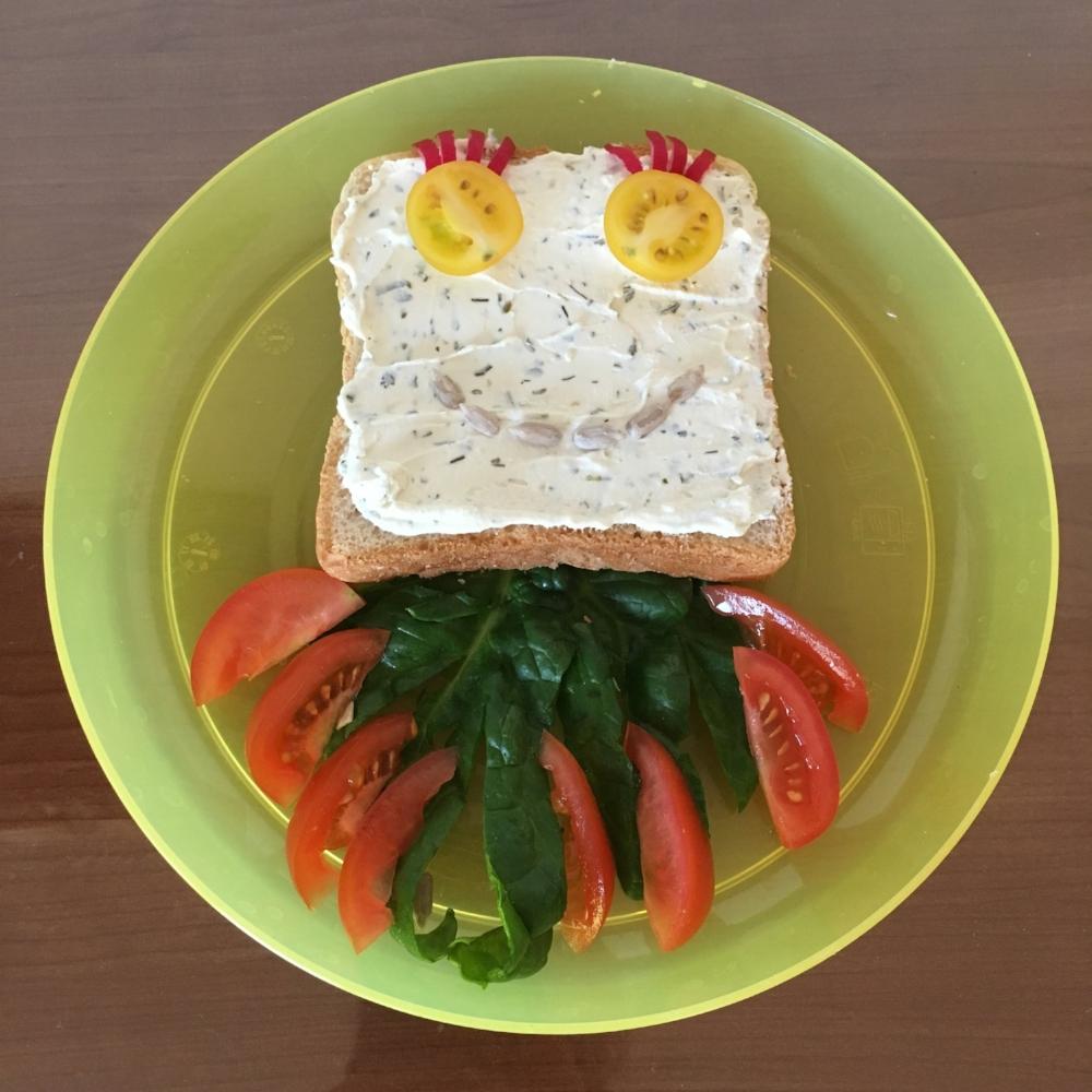 Chobotnice s bylinkovo-tvarohovou pomazánkou a zeleninou