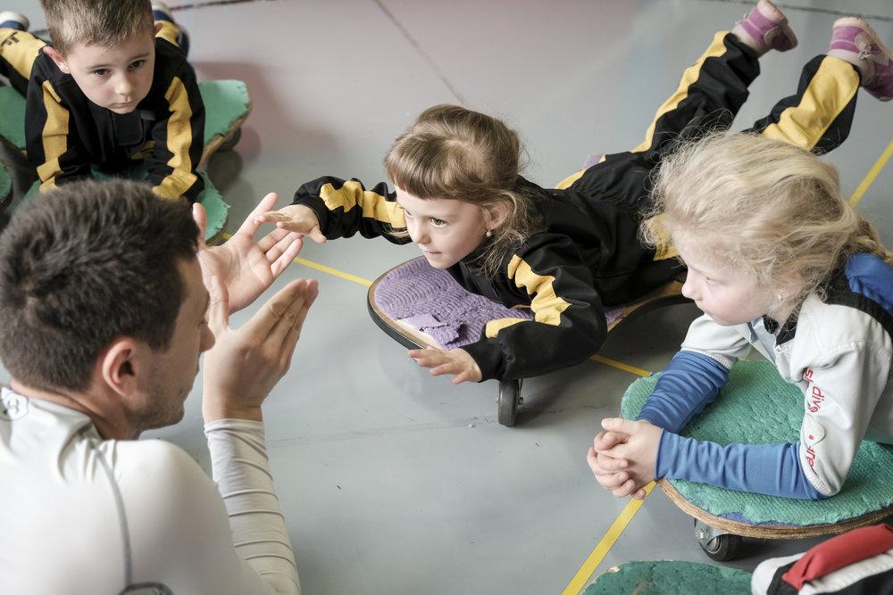 Věříme, že lekce vedená s nadšením a radostí obohacuje nejen děti, ale také lektora. -